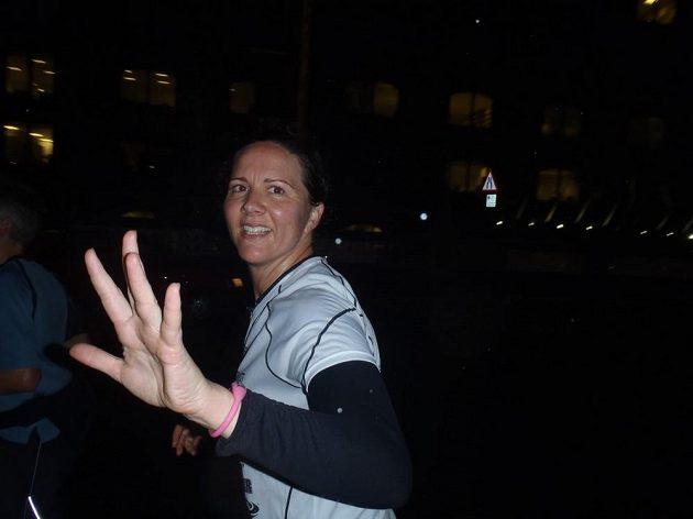 Marie-Louise Stenildová při svém úspěšném pokusu o sedm maratónů na sedmi kontinentech za sedm dnů.