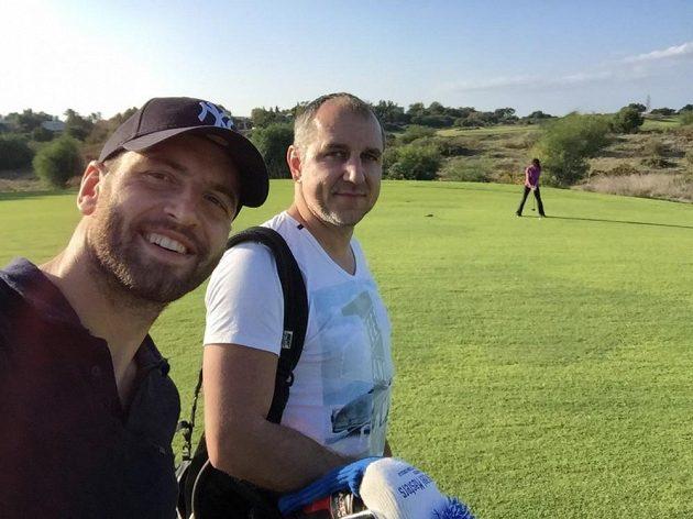 Martin Peško (vpravo) s brankářem Slavie Přemyslem Kovářem na golfu v Izraeli.