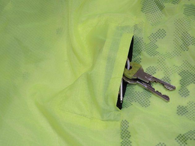 Větrovka Reebok One Series Running Wind Breaker: Boční kapsička na klíče.