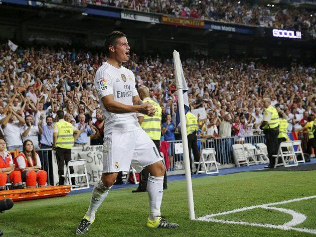 James Rodríguez z Realu Madrid slaví jeden ze svých gólů proti Betisu Sevilla.