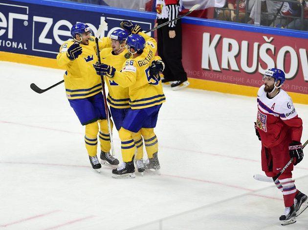 Hráči Švédska se radují z druhého gólu, vpravo je Michal Kempný.