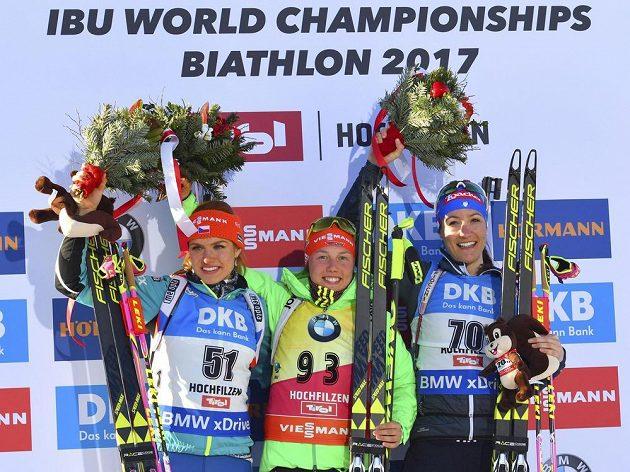 Tři nejlepší z vytrvalostního závodu na MS v Hochfilzenu (zleva): Stříbrná Gabriela Koukalová, zlatá Laura Dahlmeierová a bronzová Alexia Runggaldierová.