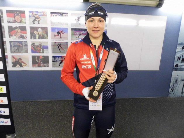 Rychlobruslařka Karolína Erbanová pózuje s bronzovou medailí, kterou vybojovala v závodě na 1000 metrů na MS v Heerenveenu.