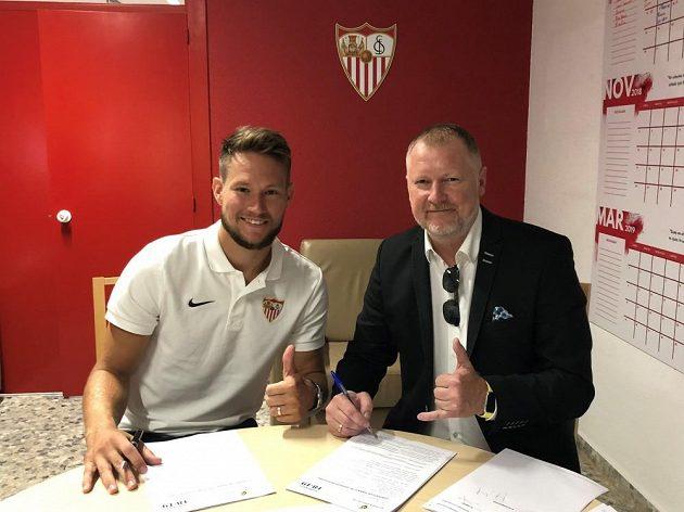 Tomáš Vaclík a jeho manažer David Nehoda podepisují kontrakt ve španělské Seville.