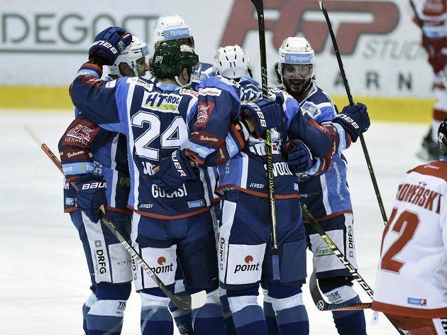 Hráči Komety Brno se radují z gólu.
