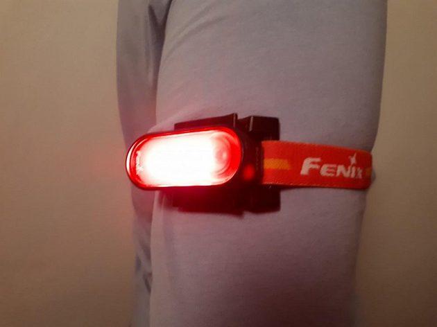 Sportovní dobíjecí blikačka Fenix BC05R: Běžci mohou mít blikačku například také na paži.