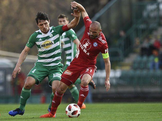 Josef Jindřišek z Bohemians a Michal Vepřek z Olomouce v souboji během čtvrtfinále fotbalového MOL Cupu.