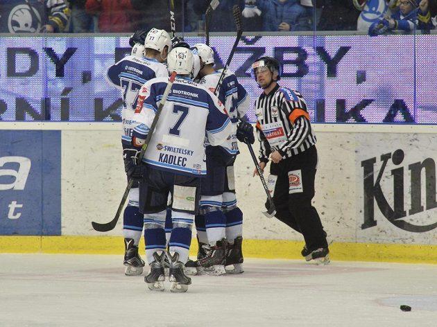 Hokejisté Plzně se radují z prvního gólu v síti Vítkovic v předkole play off hokejové extraligy.