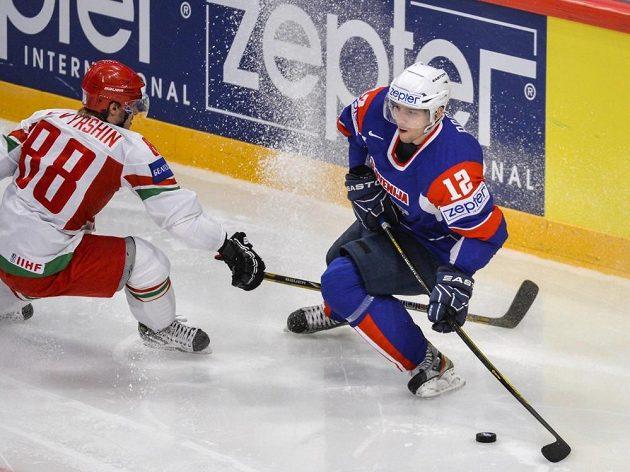 Bělorus Jevgenij Kovyršin (vlevo) se snaží obrat o puk Davida Rodmana ze Slovinska.