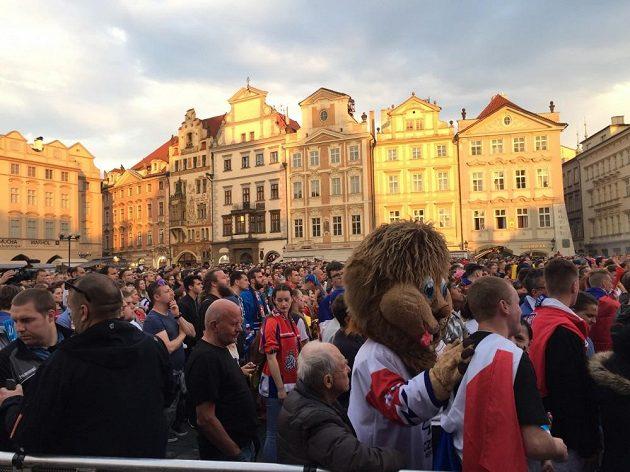 Fanoušci fandí na Staroměstském náměstí.