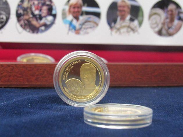 Dvojnásobná vítězka wimbledonské dvouhry Petra Kvitová si vyrazila zlatou medaili s vlastní podobiznou.