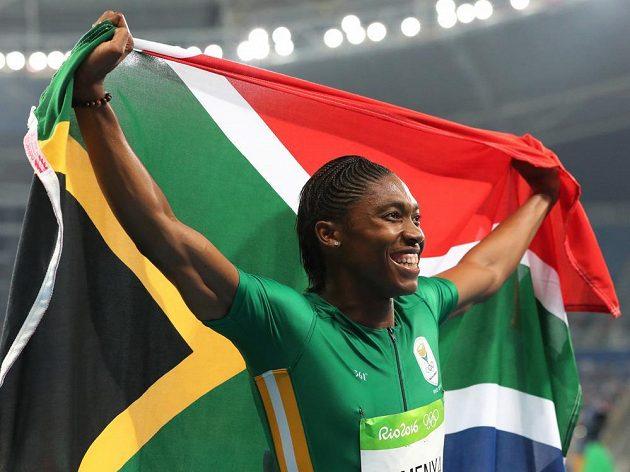 Jihoafričanka Caster Semenyaová se raduje ze zlata na 800 metrů.