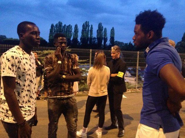 Útočník Sparty Benjamin Tetteh (vpravo) se svými krajany Cletusem a Sharanim po utkání s Opavou.