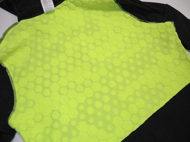 Běžecká mikina Reebok Spartan Race Hexawarm Pullover - detail vnitřního zateplení zad a ramen.