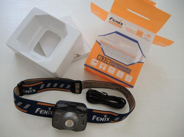 Odolná čelová svítilna Fenix HL32R - v sadě nechybí ani dobíjecí kabel.