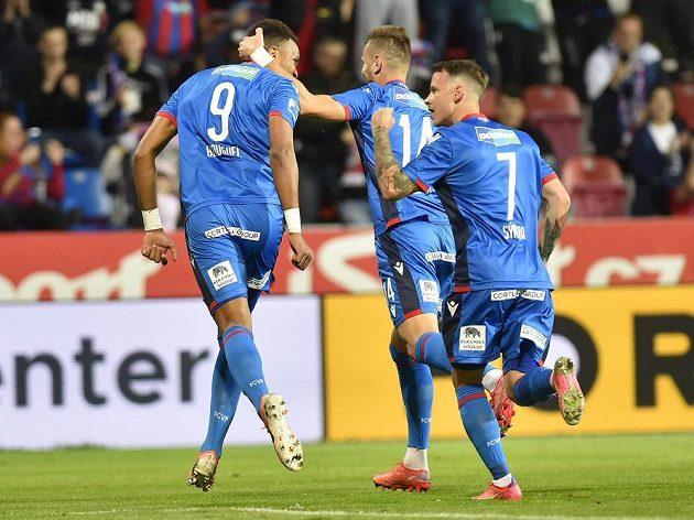 Fotbalisté Viktorie Plzeň se radují z úvodního gólu v utkání se Zlínem. Jeho autor Jean-David Beauguel (úplně vlevo) ho docílil z penalty.