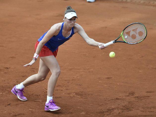 Česká tenistka Markéta Vondroušová v utkání Fed Cupu s Leylah Fernandezovou z Kanady.