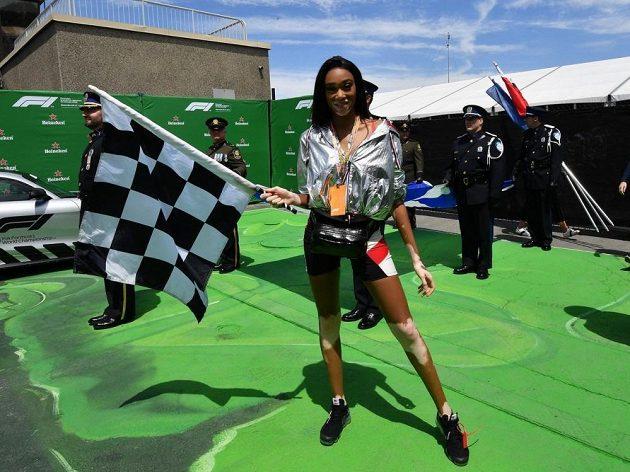 Modelka Winnie Harlowová měla na svědomí zmatek na konci Velké ceny Kanady F1. Odmávala totiž konec o kolo dřív.