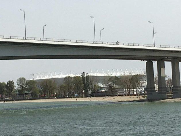 Moderní aréna se skrývá za mostem přes řeku Don.