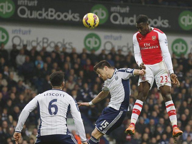 Danny Welbeck z Arsenalu vyskočil nejvýš a nasměroval míč do sítě WBA.