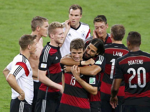 Němečtí fotbalisté se radují z vysoké výhry nad Brazílií a zároveň postupu do finále MS.