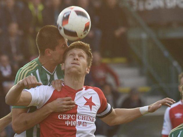 Michal Šmíd z Bohemians v tvrdém souboji s Milanem Škodou ze Slavie v utkání 27. kola první fotbalové ligy.