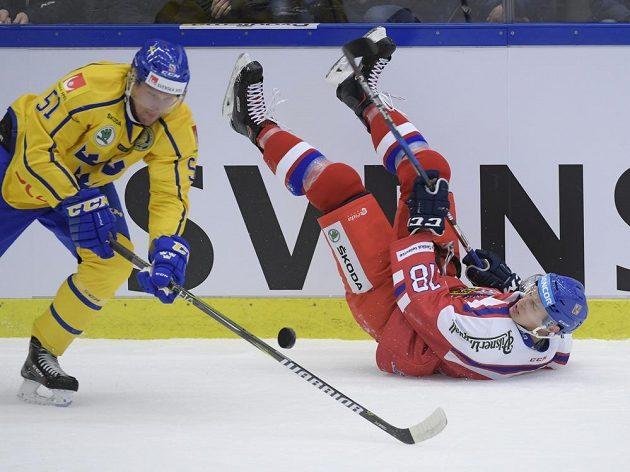 Švéd Jonas Ahnelov (vlevo) pacifikuje Dominika Kubalíka během úvodního duelu na turnaji Karjala.