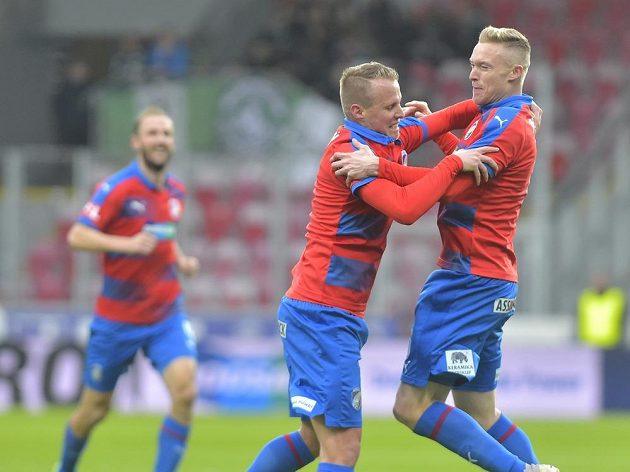 Roman Procházka (vpravo) z Plzně se raduje z prvního gólu spolu s Davidem Limberským.