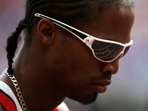 Renny Quow před startem běhu na 400 metrů. Atlet z Trinidadu a Tobaga lehce připomíná rappera Snoop Dogga.