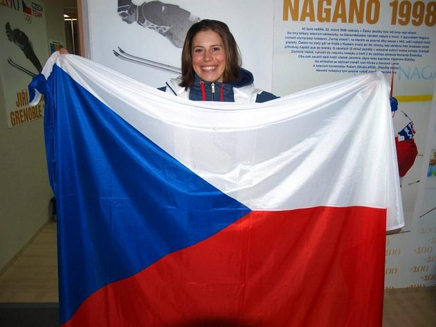 Snowboardistka Eva Samková s českou vlajkou.