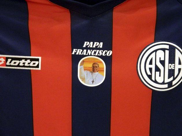 Obrázek nového papeže Františka ozdobil dresy fotbalistů San Lorenza.