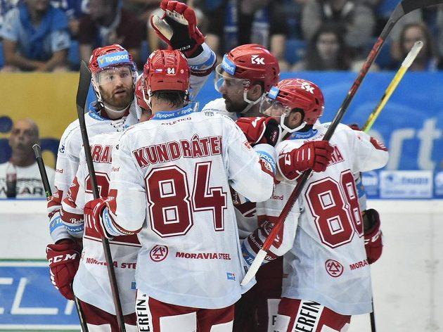 Hokejisté Třince se radují z gólu na ledě Plzně.