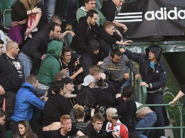 Potyčka fanoušků během vršovického derby mezi Bohemians a Slavií v 27. kole nejvyšší soutěže.