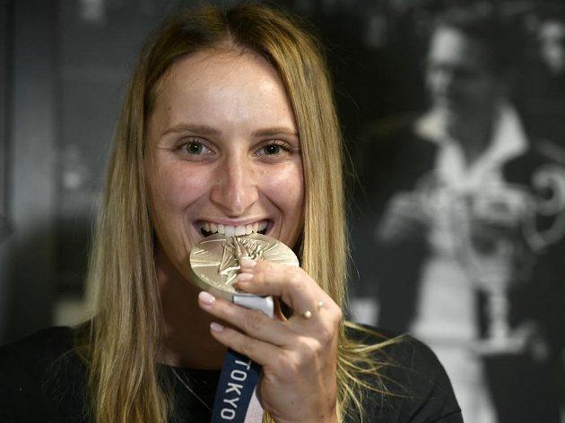 Tenistka Markéta Vondroušová pózuje se stříbrnou medailí z ženské dvouhry po příletu z olympijských her v Tokiu.