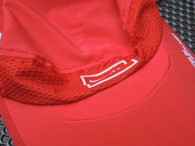 Kšiltovka CompresSport Pro Racing Ultralight Cap - detail napojení kšiltu shora.