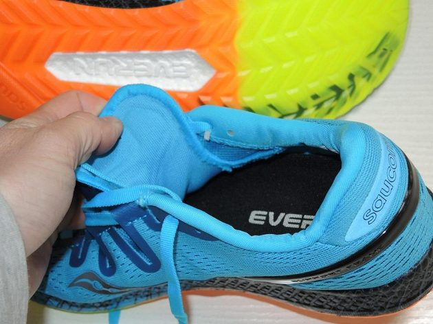 Běžecké boty Saucony Freedom ISO: Jazyk je řešen velmi neobvykle - pohled do nitra boty.