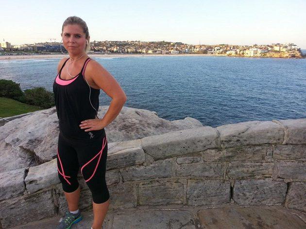 Petra Novotná po běhání na pláži.