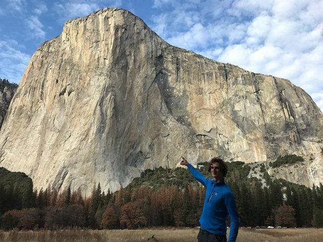 Lezec Adam Ondra ukazuje na Dawn Wall v Yosemitech.