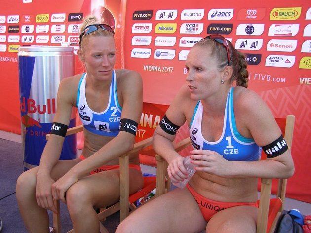 České plážové volejbalistky Kristýna Kolocová a Michala Kvapilová (vlevo) na MS ve Vídni.