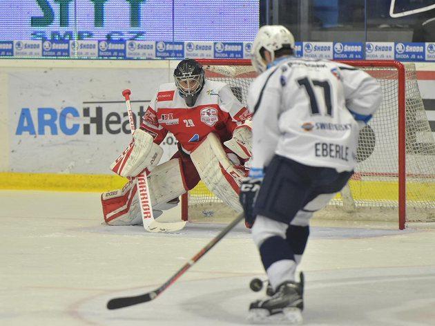 Brankář Olomouce Jan Lukáš a Jan Eberle z Plzně během čtvrtfinále play off.