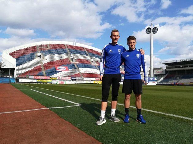 Fotbalisté Radek Látal (vlevo) a Ondřej Hapal na Andrově stadionu v Olomouci.