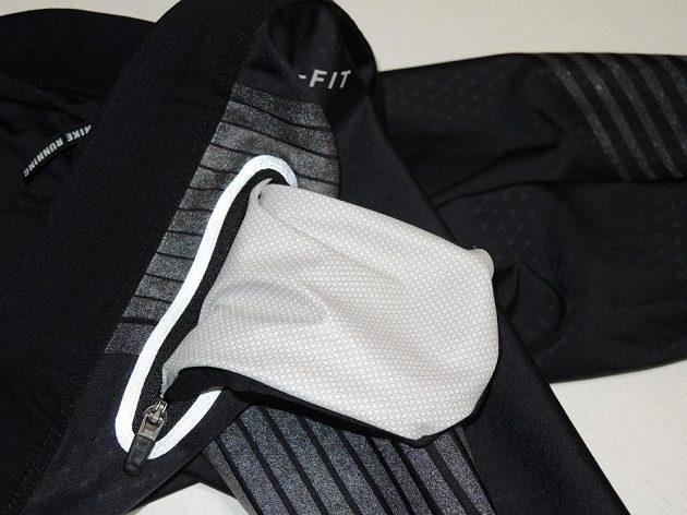 Legíny Nike Power Speed Flash: Kapsa má podšívku odolávající vlkhosti.
