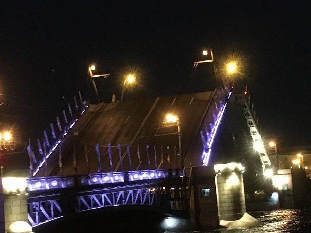 Zvedání mostů přes Něvu si fotbaloví fanoušci nemohli nmchat ujít.