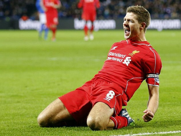 Kapitán Liverpoolu Steven Gerrard slaví gól na hřišti Leicesteru.