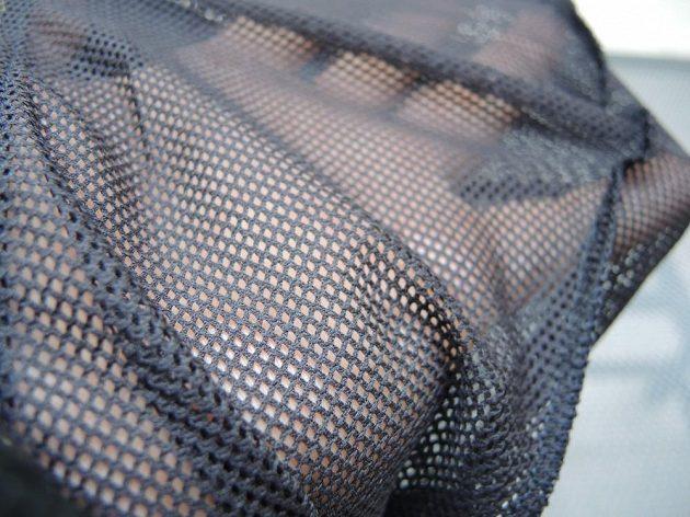 Kapsy jsou vyvedené v síťované odolné a lehké tkanině.