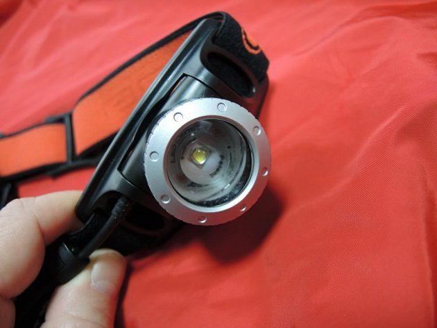 Čelovka je osazena čočkou s možností úpravy šířky světelného kužele (zoom).