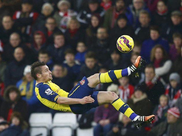 Mathieu Debuchy z Arsenalu při akrobatickém kousku v utkání na hřišti Southamptonu.
