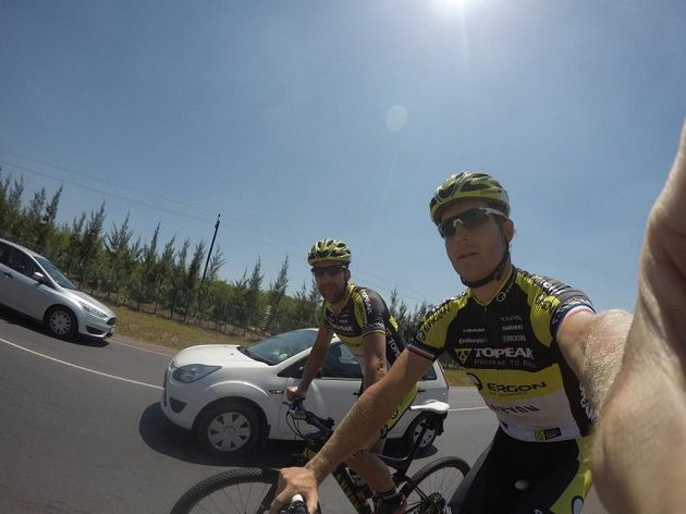 Český biker Kristián Hynek (vpředu) během tréninku v Jihoafrické republice.