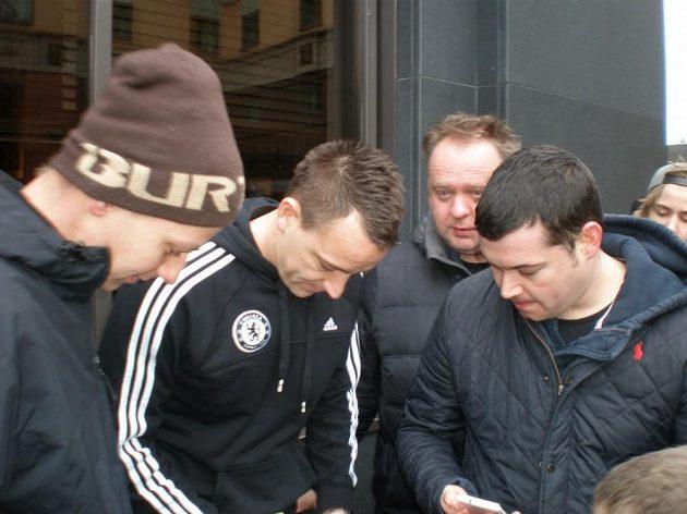 John Terry neodmítal focení ani žádosti o autogram.