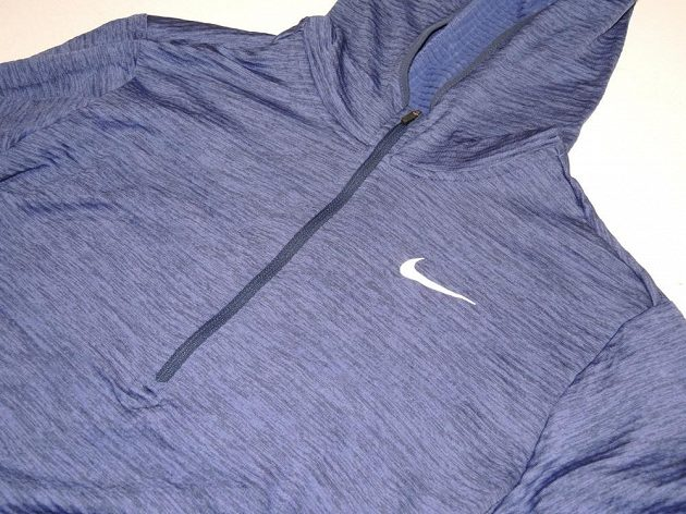 Běžecká mikina Nike Therma Sphere Element: Detail polovičního zipu a reflexního loga.
